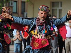 Sideli turizmci, turistlere Anadolu folklorunu 'zeybek' ile tanıtıyor