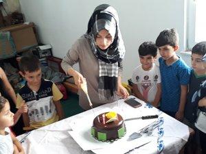 Camide yaz kursunda doğum günü kutlaması