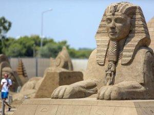 Kum heykellere Orta Doğulu turistler ilgi gösteriyor