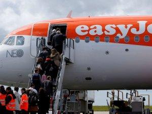 İngiltere'nin ucuz biletli havayolu, arkalıksız koltuklarla uçuyor