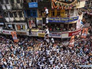 """Hindistan'da insan kulesinde""""Çömlek Kırma Festivali'"""