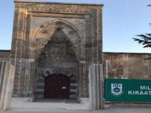 800 yıllık medreseyi Millet Kıraathane'si yaptılar, kapattılar