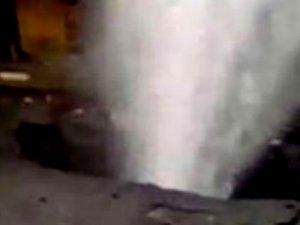 Su borusu bomba gibi patladı, otel ve evleri su bastı