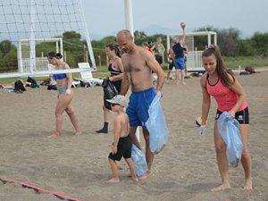 Finlandiyalı voleybolcular Lara Plajını temizledi