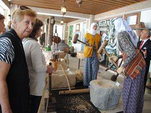Turistler, Toroslardaki yörük hayatını Manavgat'ta öğreniyor