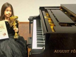 Piyanonun altın kızı Nil Göksel, Viyana'da birinci oldu