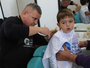 Gezici kuaför TIR'ı köylerde çocukları traş etti