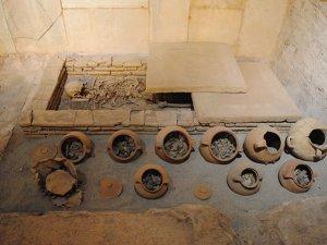 Antik dönemde yakılan ölülerin külleri kaplarda saklanıyor