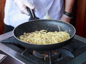 Kendi restoranında yemek yiyen aşçıya ceza