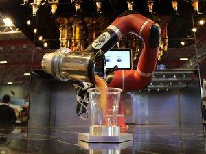 """HORECA Fuarı'nda """"yapay zeka""""lı robot barmen çalıştı"""