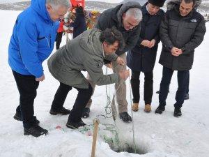 Bakan Ersoy Çıldır Gölü'nde Eskimo usulü balık tuttu