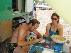 Fransız çift, pandemiye rağmen kamyon karavanla tatildeler