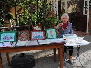İtalyan ressam, Side'de turistlere ebru sanatını tanıtıyor