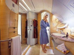 Emirates, ikonik A380'de uçak içi hizmetini yeniden tasarladı
