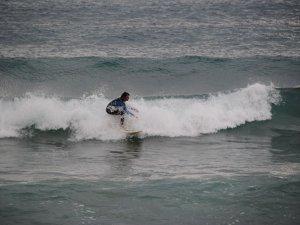 Alman gençler Side'de sörf yapmanın keyfini çıkarıyor