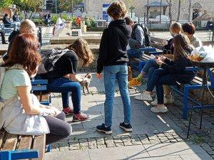 Döner alan turistler yemek için oturacak yer aradı