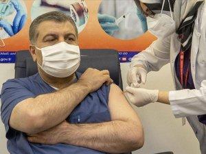 Çin'in CoronaVac aşısı Sağlık Bakanı Koca'ya yapıldı.