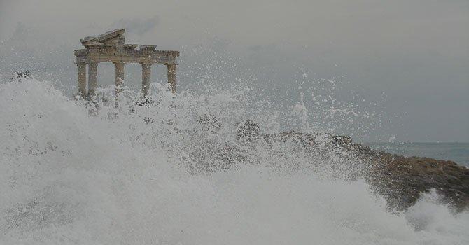 Side Limanı'nda dalga boyu Apollon Tapınağı'na ulaştı