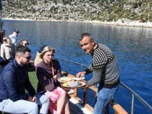 Rus turistler yat turuna çıkıp denize girdiler