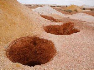 Çöl sıcaklarından kaçıp, 100 yıldır çukurda yaşıyorlar