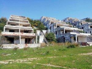 Çeşme'de 21 yıldır atıl durumda olan tatil köyü görenleri üzüyor