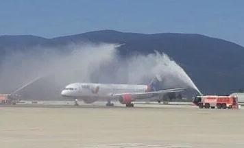 Bodrum'da ilk Rus turistleri getiren uçak su takı ile karşılandı