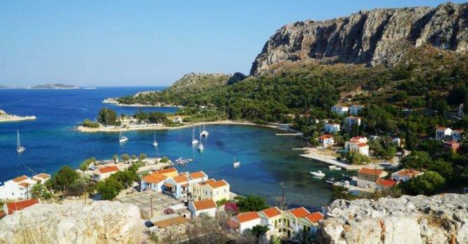 Yunanlılar Ada sakinlerine aşı yapıp turizmi açıyorlar