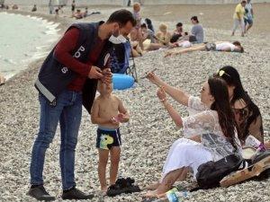 Antalya'da denize giren, güneşleneni turistler sorgulandı
