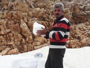 Pekmezle yemek için Beydağı'ndan çuvalla kar taşıyorlar