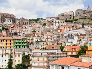 Sicilya'da hayalet kasabada 1 Euro'dan 900 ev satılık
