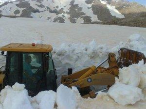 Antalya Yörük göçü için karla kaplı yayla yollar açıldı