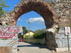 Bursa'da binlerce yıllık surlar ilan-ı aşk tahtasına döndü!