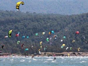 Sokağa çıkma yasağında sahiller sörfçülere kaldı