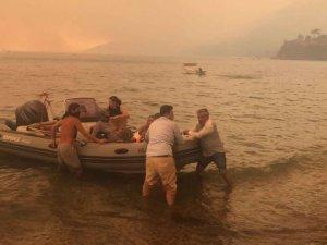 Botlar, tekneler seferber oldu, mahalleli yangından kurtarılıyor