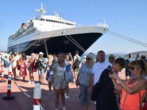 Sezonun ilk gemisi Blue Sapphire, Ege Port Kuşadası'na geldi