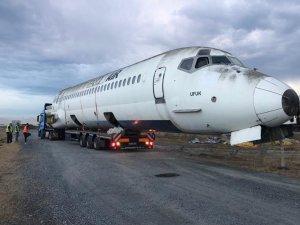 E-5 karayolundan Tahran TT Havayolları uçağı geçti