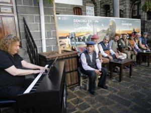 Piyanist Tuluyhan Uğurlu ile Diyarbakırlı dengbejler müzikte buluştu