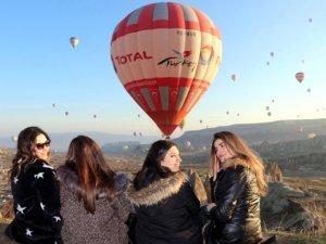 Kapadokya'da yer turist, gök balon dolu