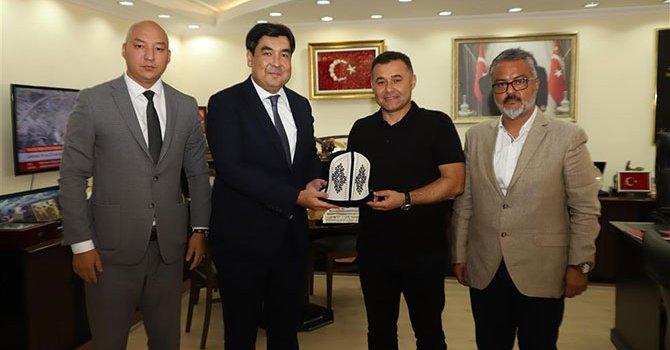 Okul bahçesinde yüzme dersi