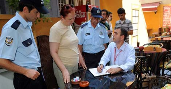 Zabıta-doktor-polis sigara peşinde