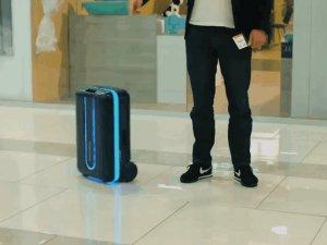 Sahibini takip eden robotik bavul