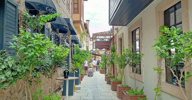 Tatilciler AVM cirolarını artırdı