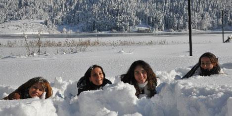 Abant Gölü dondu, üstüne yattılar