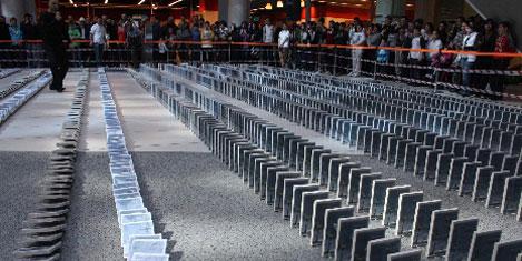 Kitaplar domino gibi devrildi