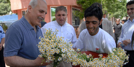 Diyarbakır'da halkla vedalaşıyor
