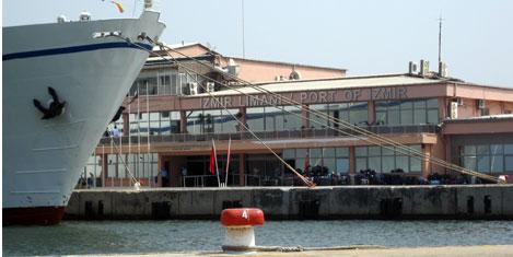 İzmir Limanı'nda yük ve yolcu