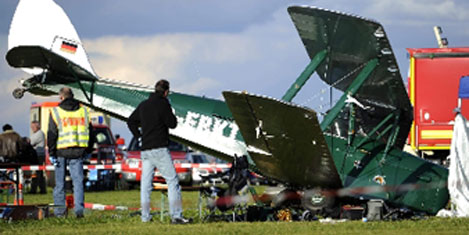 Gösteride tribüne uçak düştü