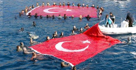 Denize Türk bayrağı açıldı