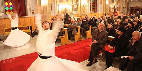 Kilisede semazenler döndü