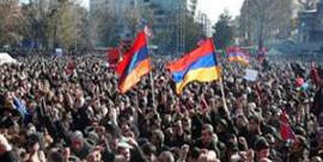Ermenistan'da devrim istendi